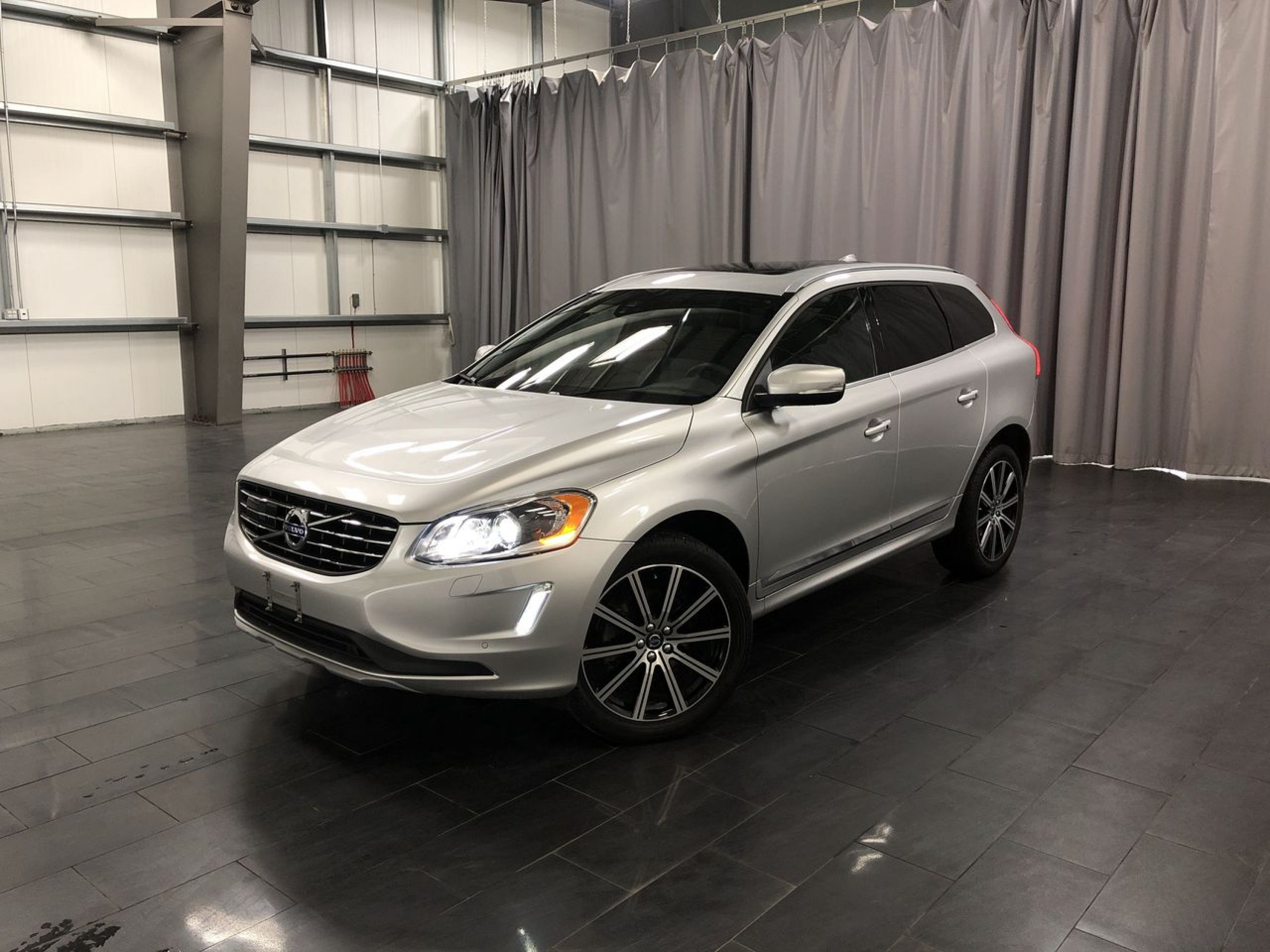 Pre-Owned 2017 Volvo XC60 T6 Drive-E Premier *Winter Tire Package Included*