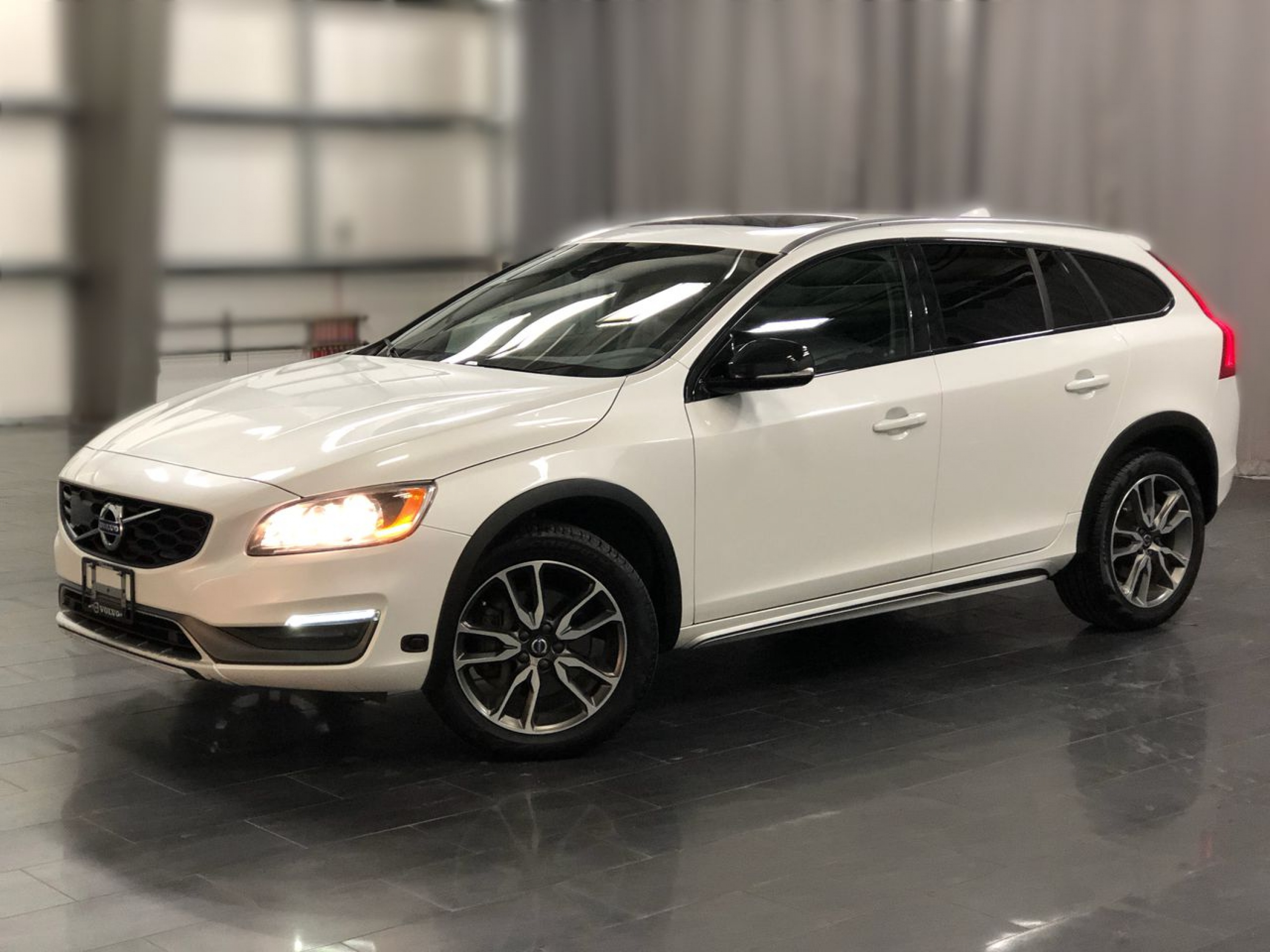 Pre-Owned 2016 Volvo V60 T5 Premier *Volvo. Wagon. Cross Country*